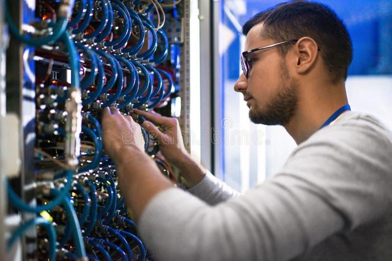 Administrator Systemu Sprawdza serwerów fotografia stock