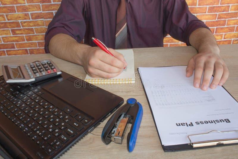 Administratora biznesowego mężczyzna pieniężny inspektor i sekretarka robi raportowi, cyrklowaniu lub czek równowadze, Urząd skar obrazy stock