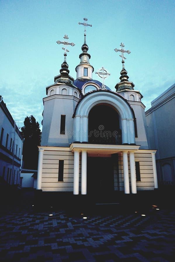 A admirablement allumé une petite église orthodoxe au crépuscule photos stock