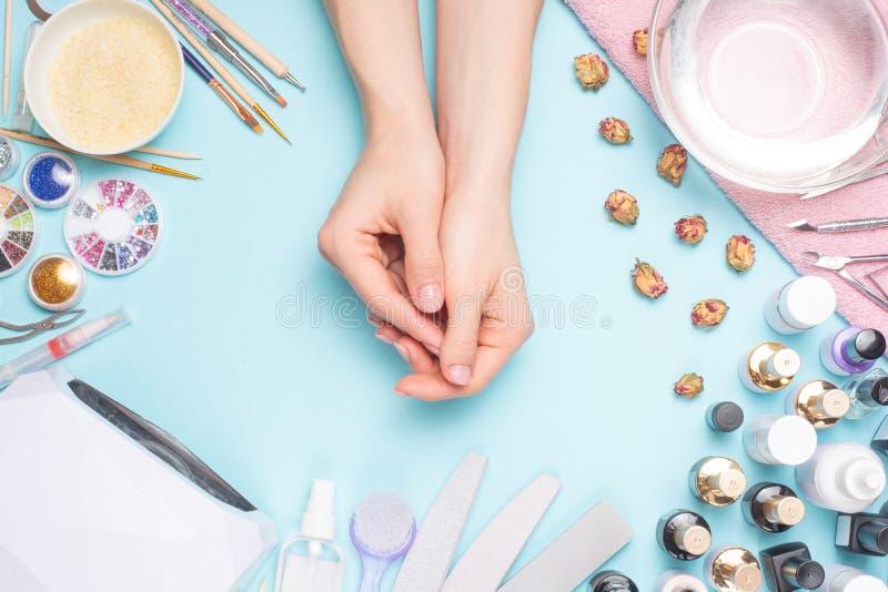 Admirablement ongles manucurés sur le bureau avec des outils pour la manucure Soin au sujet des ongles photo libre de droits