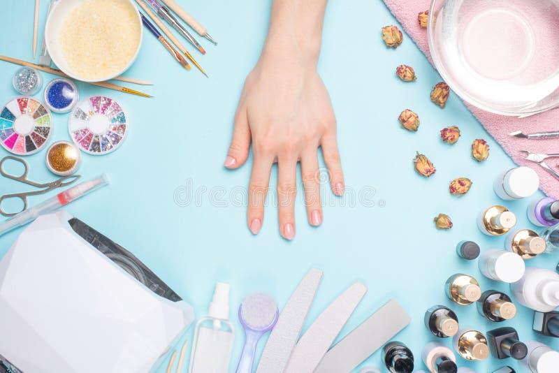Admirablement ongles manucurés sur le bureau avec des outils pour la manucure Soin au sujet des ongles photos stock