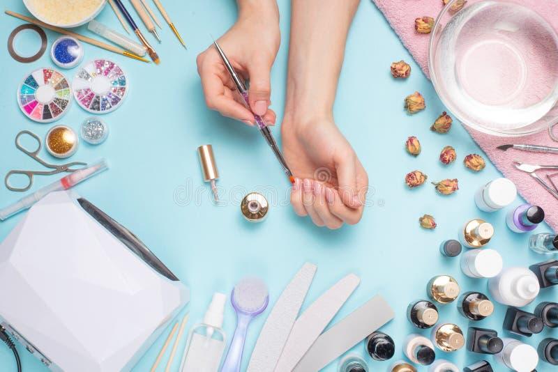 Admirablement ongles manucurés sur le bureau avec des outils pour la manucure Soin au sujet des ongles photographie stock libre de droits