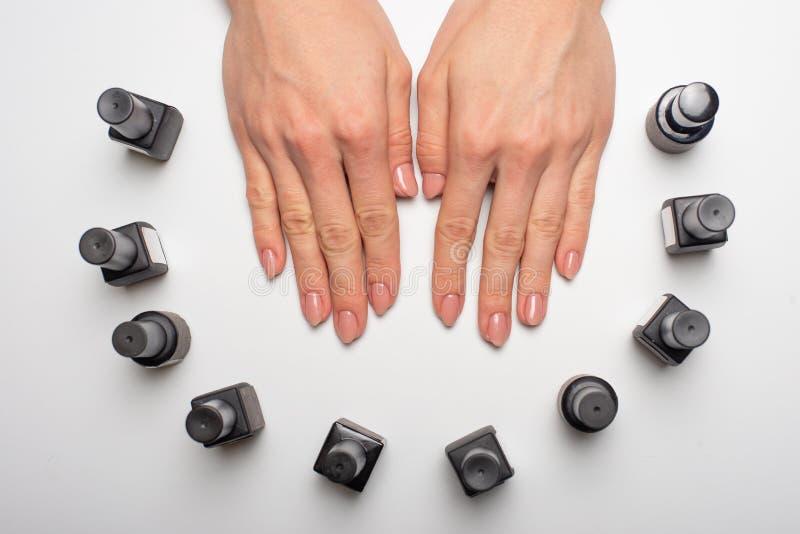Admirablement ongles manucurés sur le bureau avec des outils pour la manucure Sur un fond blanc images libres de droits