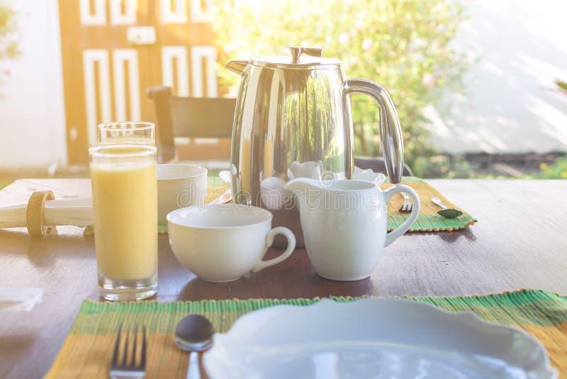 A admirablement servi le petit déjeuner sur la terrasse ensoleillée, hôtel, station de vacances photo stock