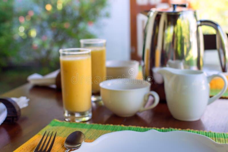 A admirablement servi le petit déjeuner sur la terrasse ensoleillée, hôtel, station de vacances images libres de droits