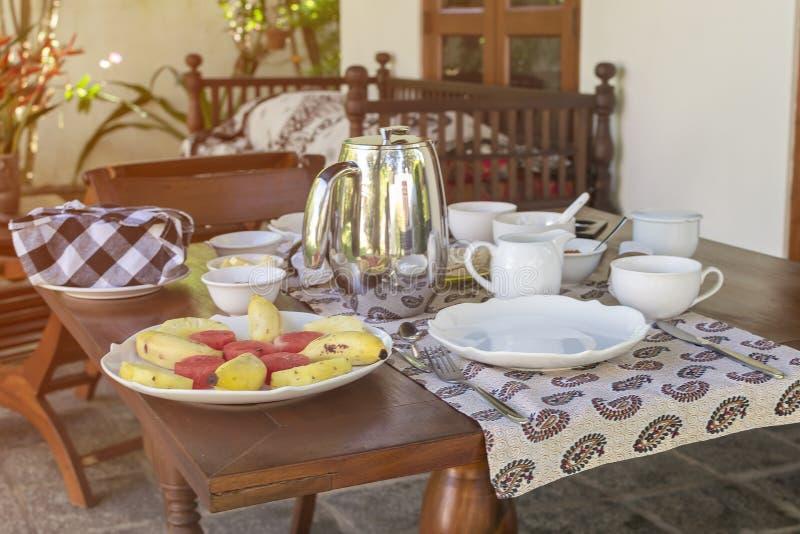 A admirablement servi le petit déjeuner sur la terrasse, hôtel, station de vacances image libre de droits