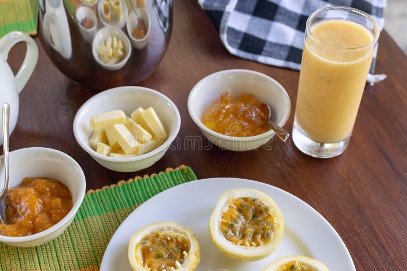 A admirablement servi le petit déjeuner sur la terrasse, hôtel, station de vacances photo stock