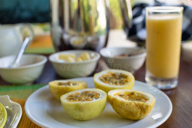 A admirablement servi le petit déjeuner sur la terrasse, hôtel, station de vacances photographie stock