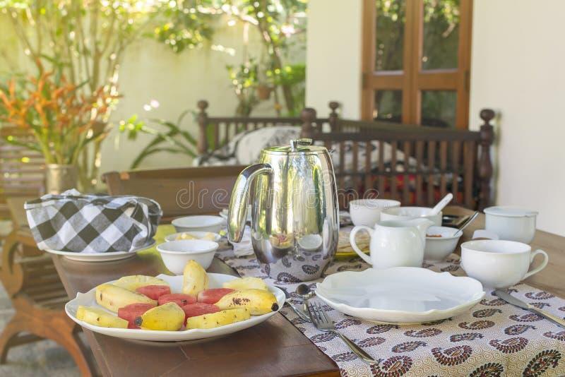 A admirablement servi le petit déjeuner sur la terrasse, hôtel, station de vacances images stock