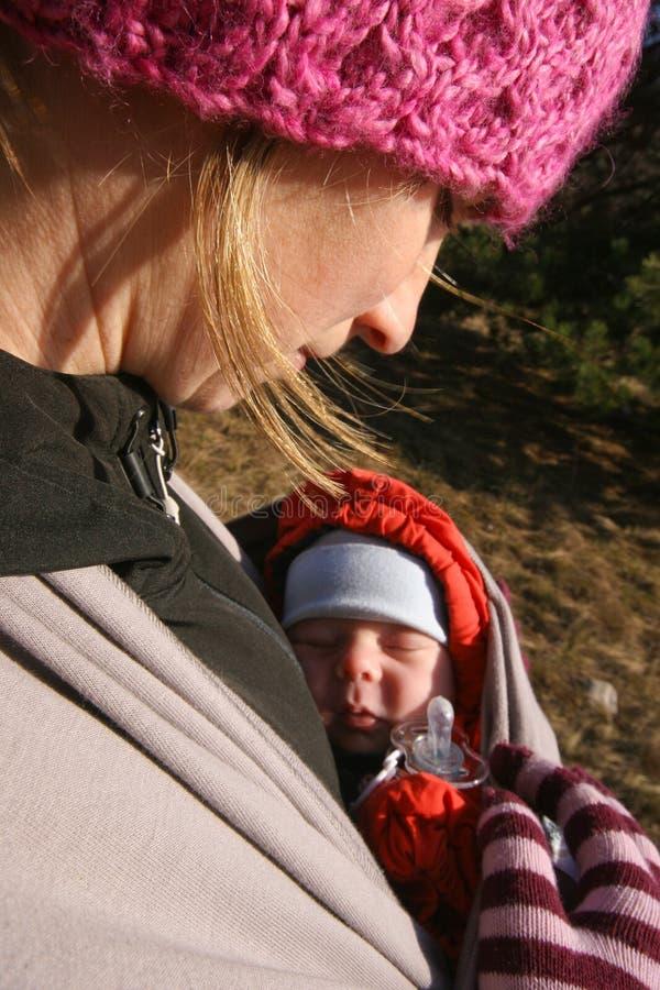 Admiración de la madre recién nacida imagenes de archivo