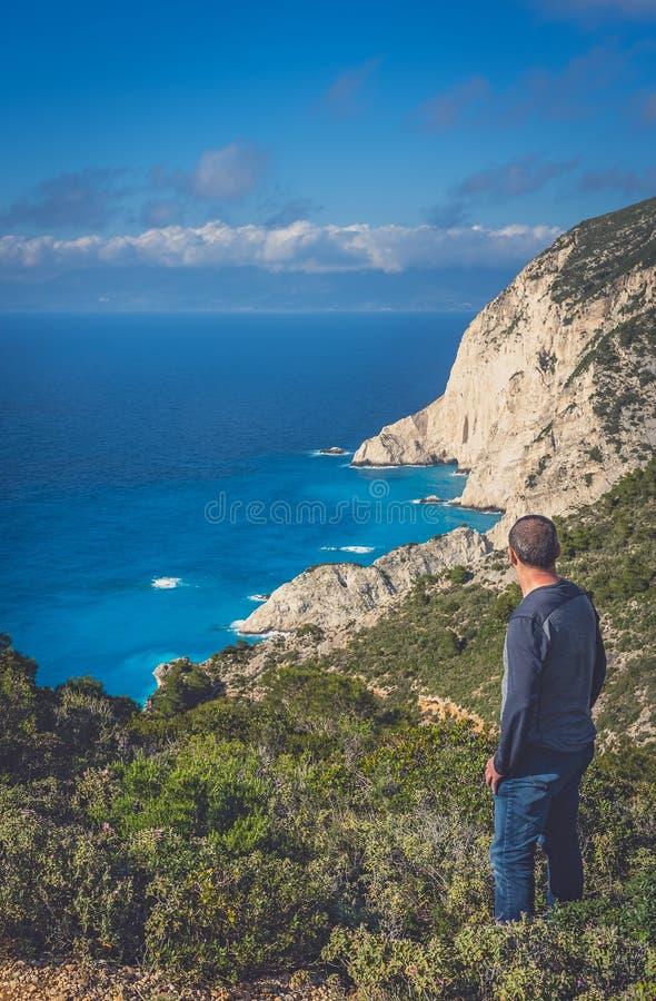 Admiración de los acantilados cerca de la ensenada del naufragio imagen de archivo