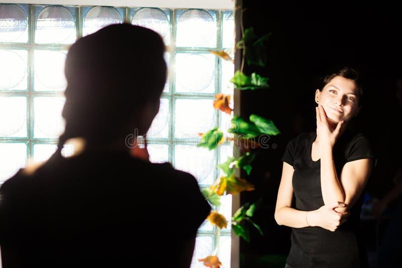 Admiración en el espejo foto de archivo
