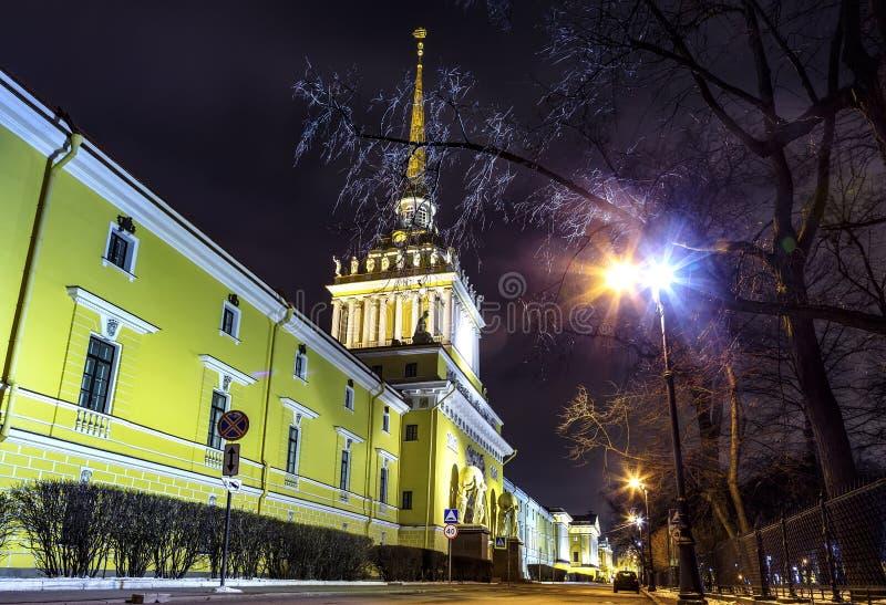 Admiralicji iglica przy zimy nocą, widok spod spodu, widoku punkt St Petersburg zdjęcie royalty free