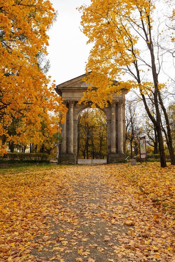 Admiralitäts-Tor im Park am Gatchina-Palast stockfoto