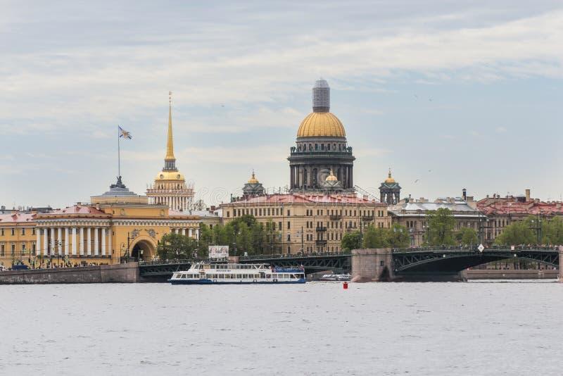 Admiralteiskayadijk en de Paleisbrug royalty-vrije stock afbeeldingen