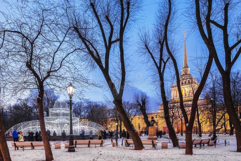 Admiralty e Alexander Garden no centro de St Petersburg, fotografia de stock royalty free