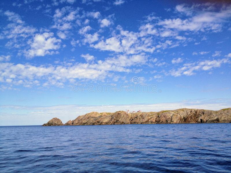 Admirando as vistas bonitas do oceano fora da costa de Bonavista, fotos de stock royalty free