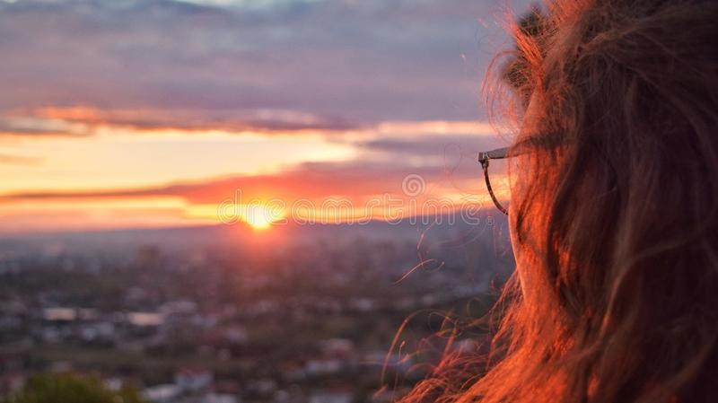 Admirando o por do sol foto de stock royalty free