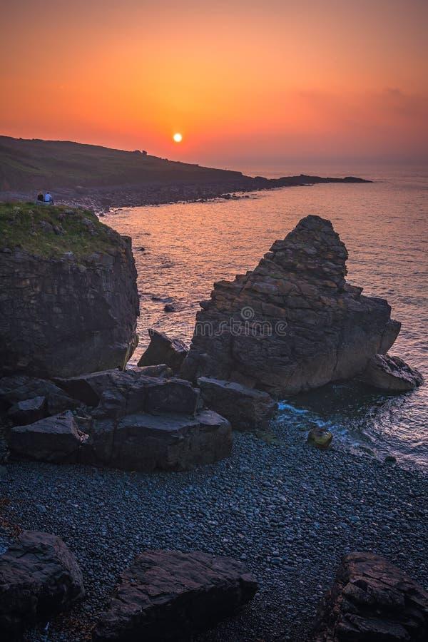 Admirando o por do sol sobre a costa córnico foto de stock royalty free
