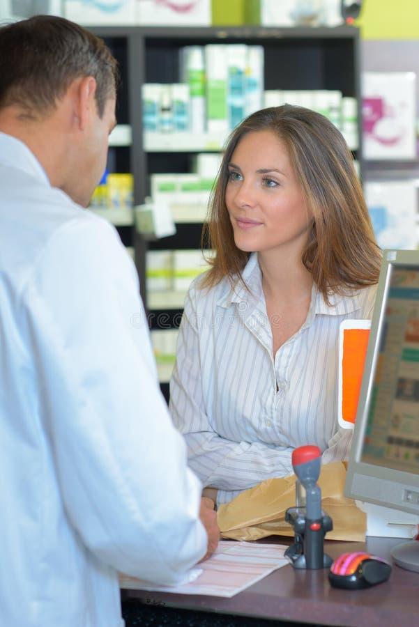 Admiration pour le pharmacien image libre de droits