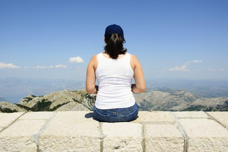 Admirer de femme sceneray du parc national de Lovcen, Cetinje, Monténégro photographie stock