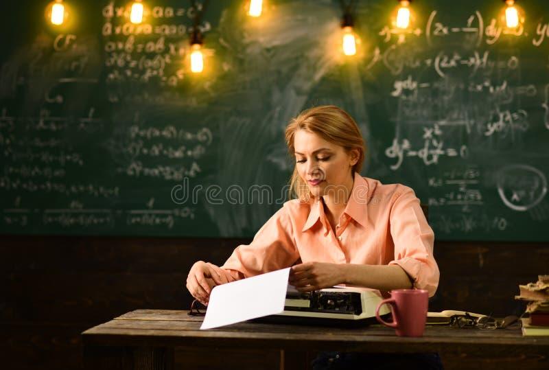Admission à l'école la femme écrit des documents pour l'admission à l'école procédure d'admission d'école photos libres de droits