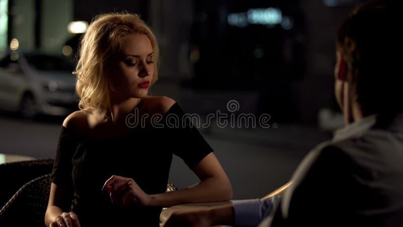 ?adna blondynka bierze przest?pstwo przy ch?opakiem, evening spotkania w kawiarni, zwi?zek zdjęcie stock