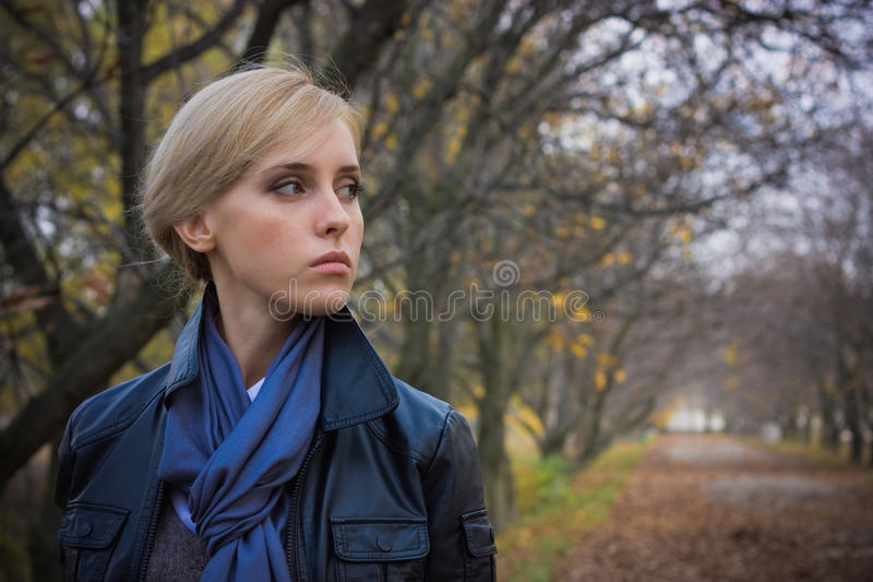 Download ładni dziewczyn potomstwa zdjęcie stock. Obraz złożonej z błękitny - 13335248