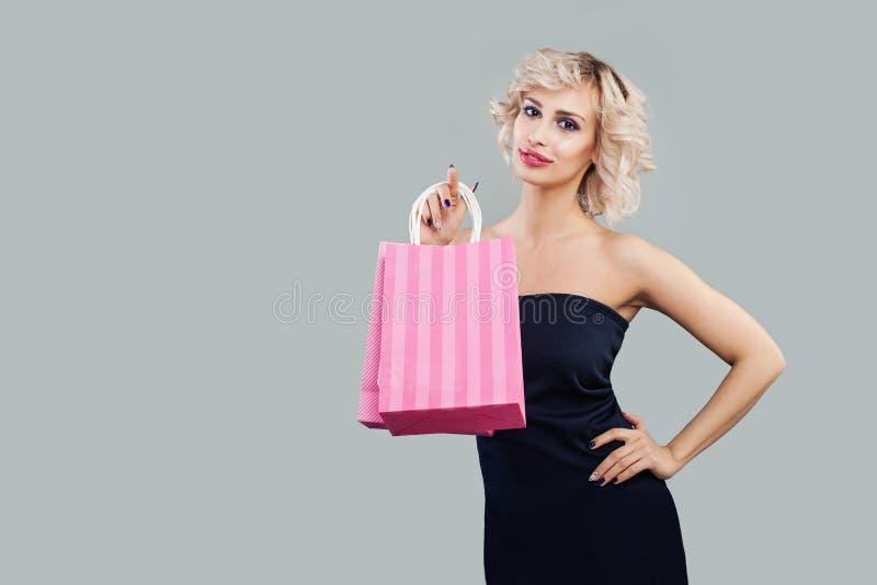 ?adni m?odej kobiety mienia torba na zakupy obrazy royalty free