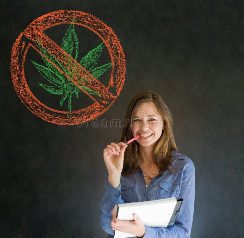 Żadny świrzepy marihuany kobieta na blackboard tle zdjęcie royalty free