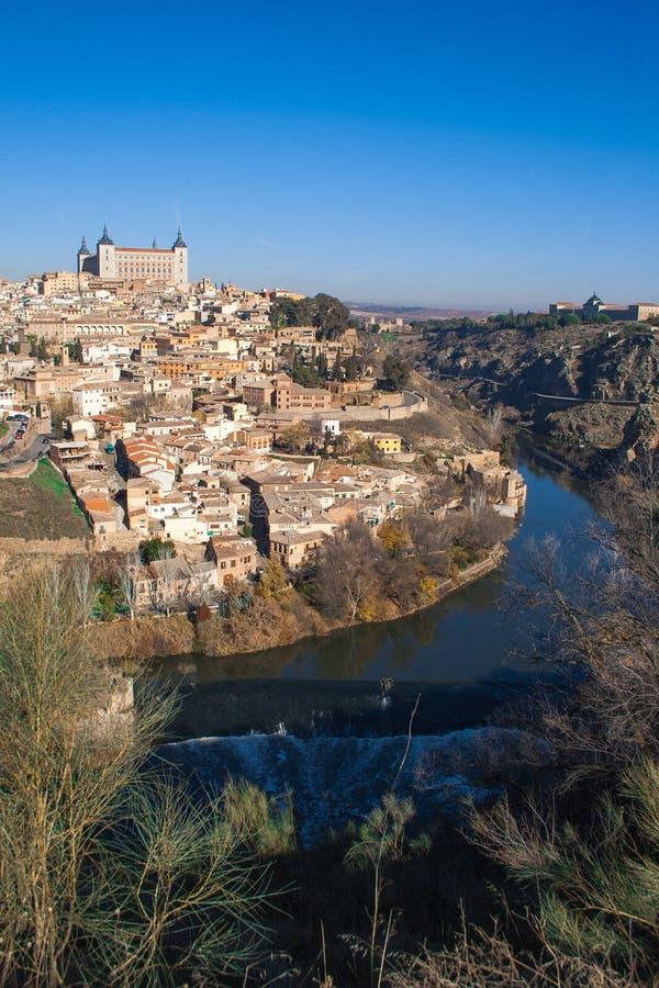 ?adny krajobraz miasto Toledo na s?onecznym dniu z ?adnym niebieskim niebem fotografia stock