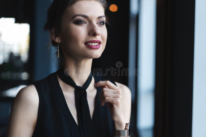 ?adny m?odej kobiety obsiadanie w kawiarni zdjęcie royalty free