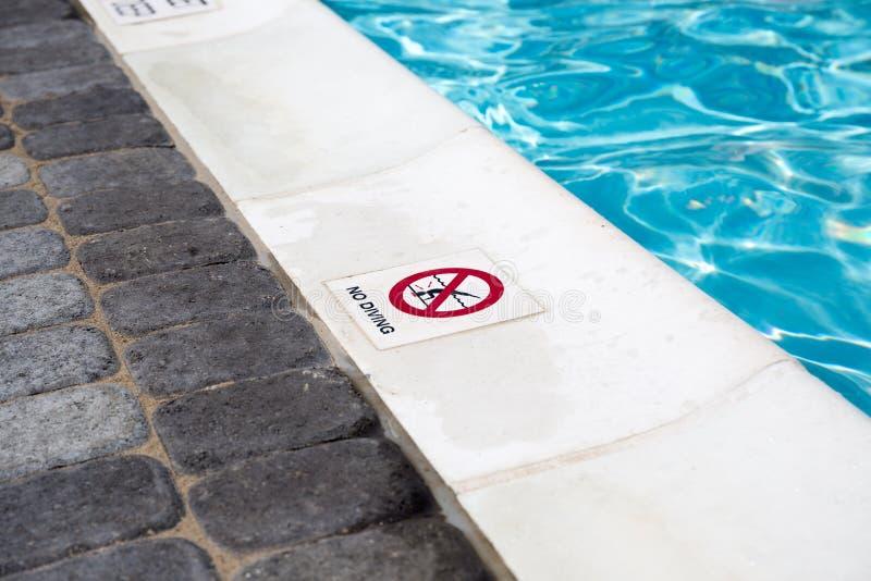 Żadny nurkowy znak na krawędzi pływackiego basenu obraz stock