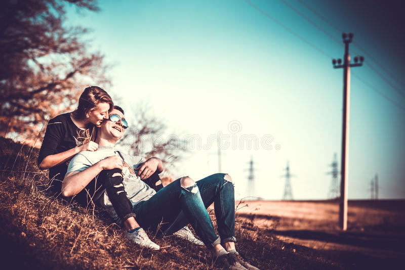 Download Ładny Para Odpoczynek Plenerowy W Lesie Zdjęcie Stock - Obraz złożonej z jesienny, chłopak: 53779286