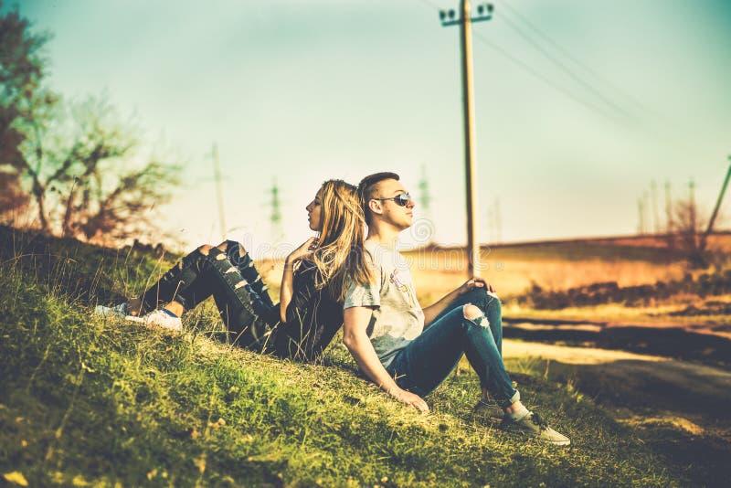Download Ładny Para Odpoczynek Plenerowy W Lesie Zdjęcie Stock - Obraz złożonej z dojrzały, całowanie: 53779298