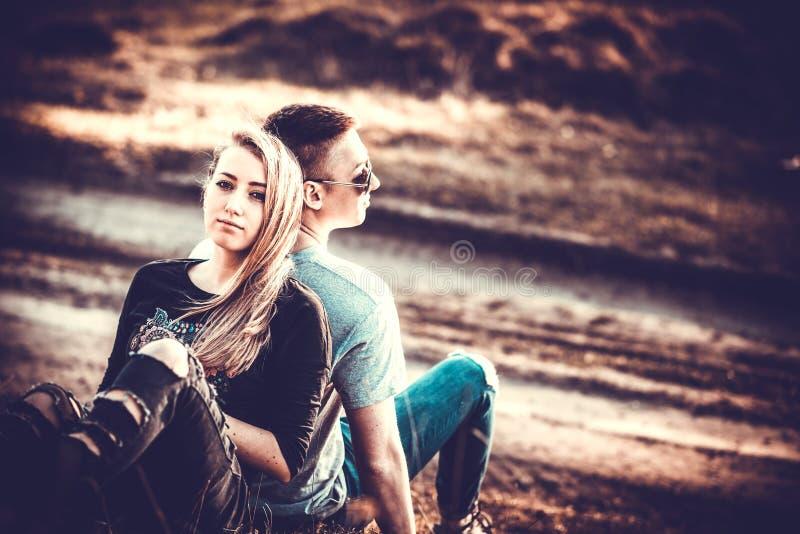 Download Ładny Para Odpoczynek Plenerowy W Lesie Zdjęcie Stock - Obraz złożonej z plenerowy, chłopak: 53779312