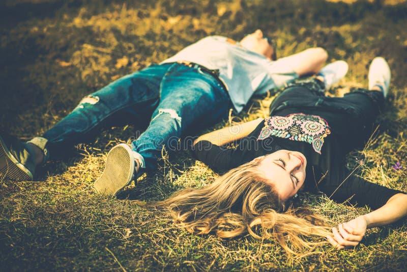 Download Ładny Para Odpoczynek Plenerowy W Lesie Zdjęcie Stock - Obraz złożonej z uścisk, ręki: 53779336