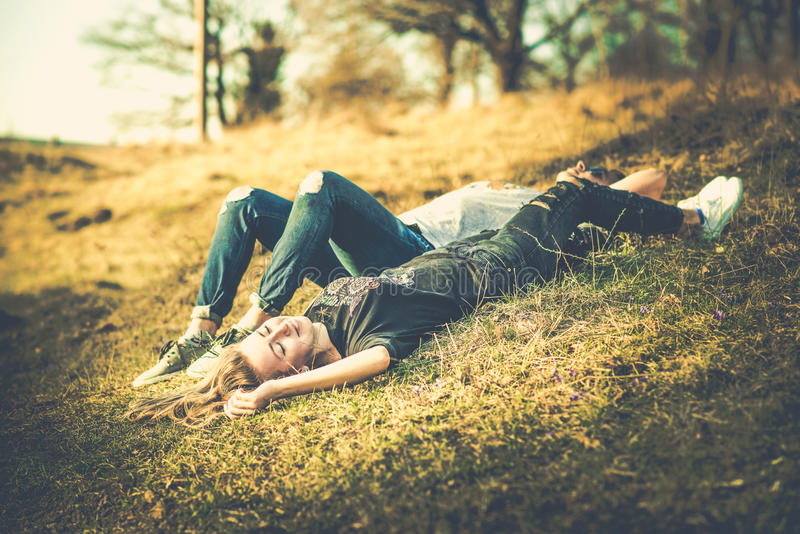 Download Ładny Para Odpoczynek Plenerowy W Lesie Obraz Stock - Obraz złożonej z całowanie, modniś: 53779343