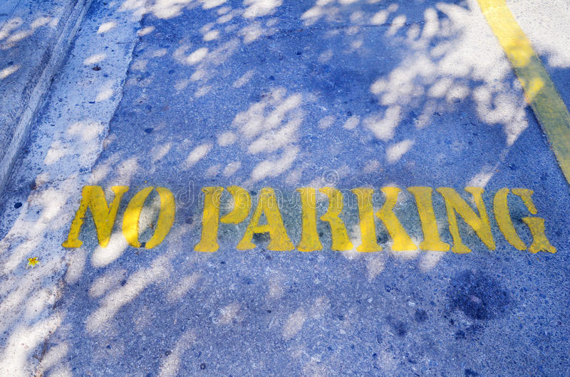 Żadny parking koloru żółtego znak na parking fotografia stock