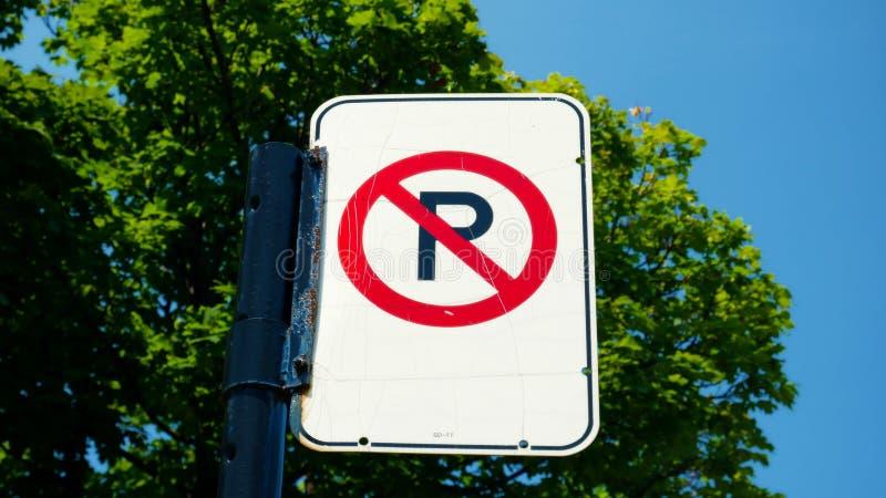 Żadny parking podpisuje wewnątrz ulicę Montreal, Kanada zdjęcie stock