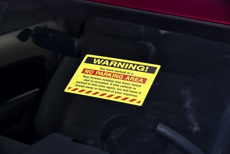 Żadny parking znak ostrzegawczy na przedniej szybie zdjęcie royalty free