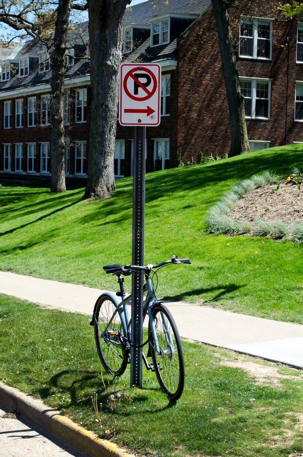 Żadny parking znak, rower i zdjęcia stock