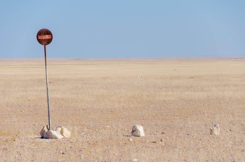 Żadny przejście zabraniający znak po środku Namib pustyni odizolowywającej przed niebieskim niebem lub wejście fotografia stock