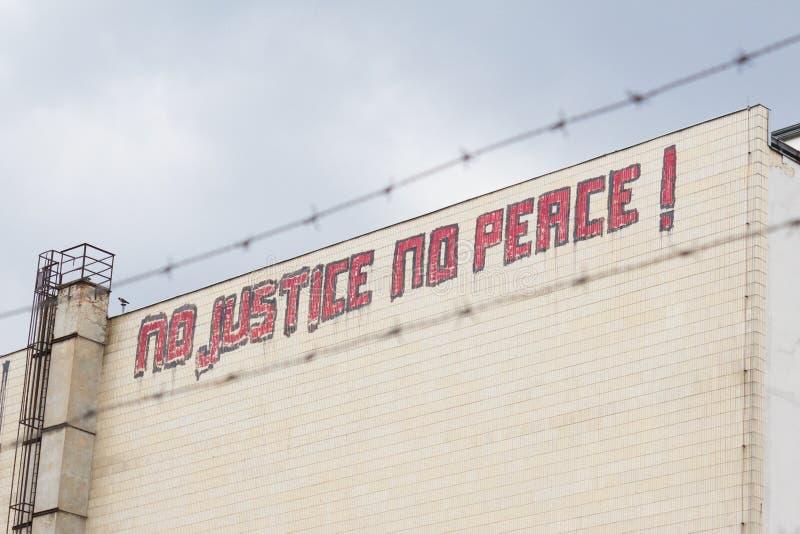 Żadny sprawiedliwość, żadny pokoju graffiti na budynku obrazy stock