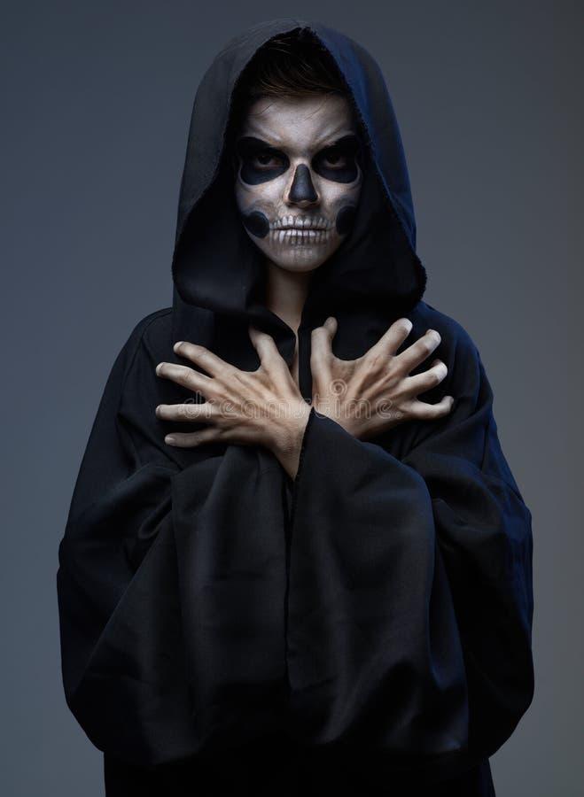 Ado avec les mains fermées de crâne de maquillage image stock