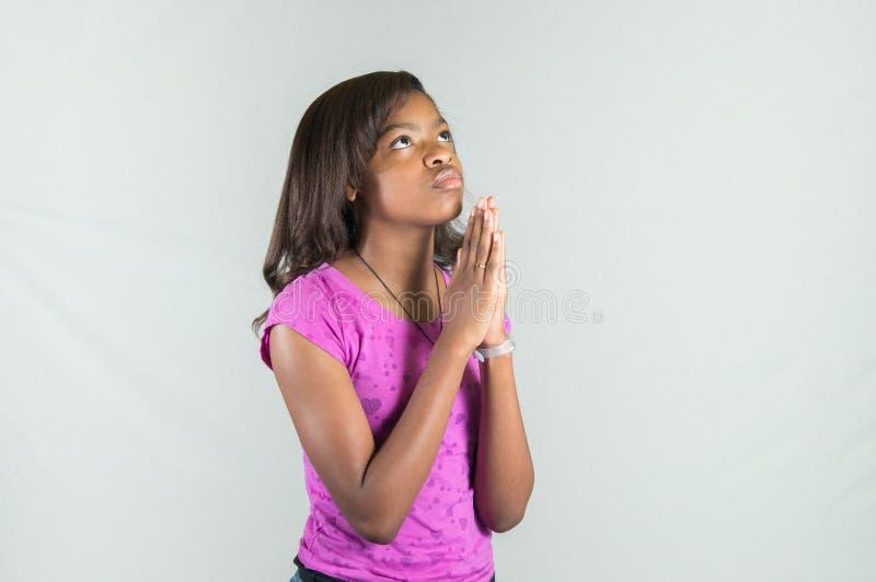 Ado de prière d'Afro-américain photographie stock libre de droits