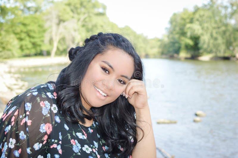 Ado heureux par la rivière images stock