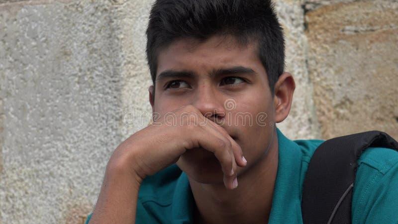 Ado hispanique masculin triste et malheureux image stock