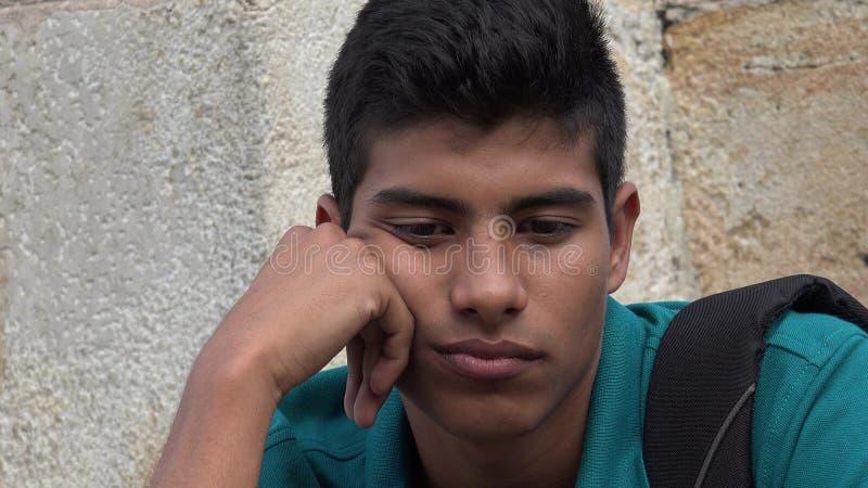 Ado hispanique masculin triste et malheureux photo stock