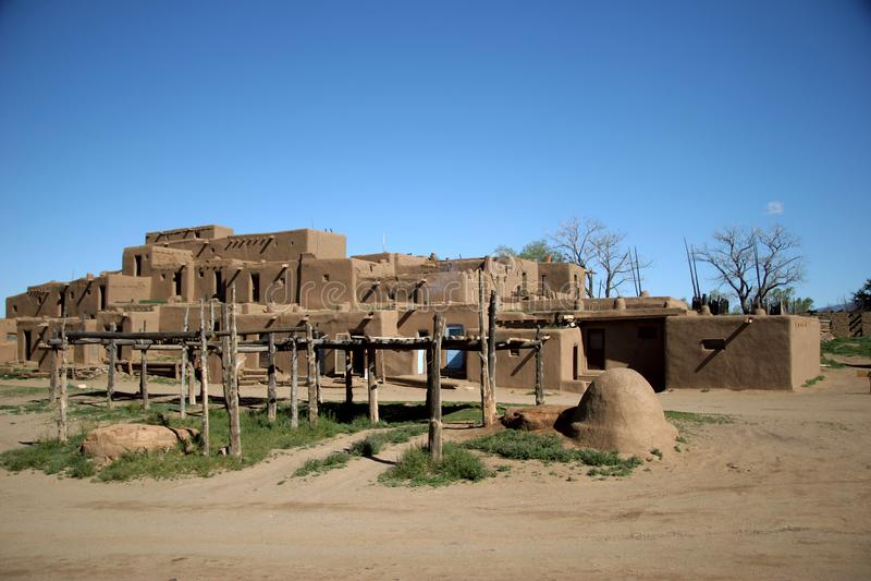 Adobe住所在Taos de Pueblo,新墨西哥的解决 免版税库存照片